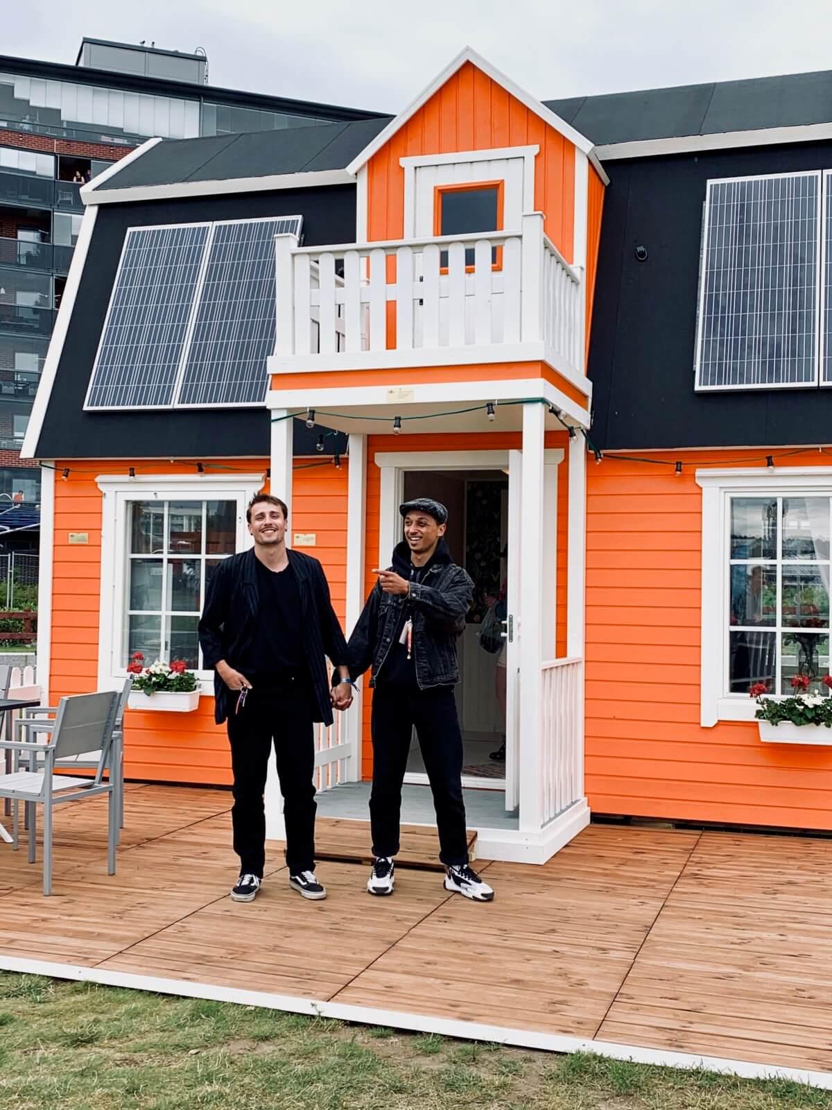Yaelin kanssa poseeraamassa talon edessä Suomipopeilla, happy couple goals meininki