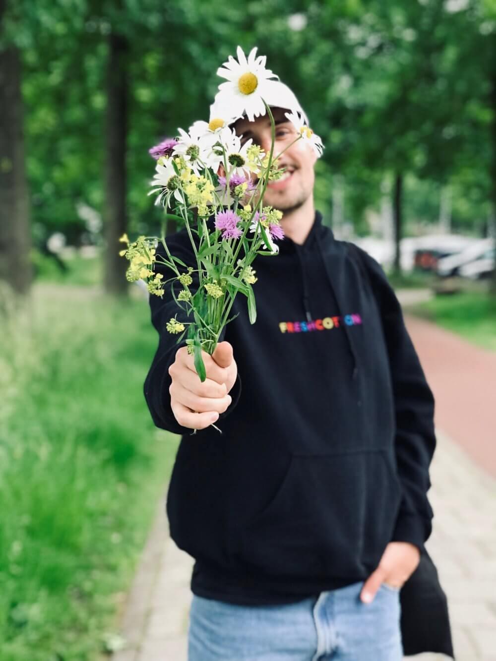 Joonas kukkakimpun kanssa