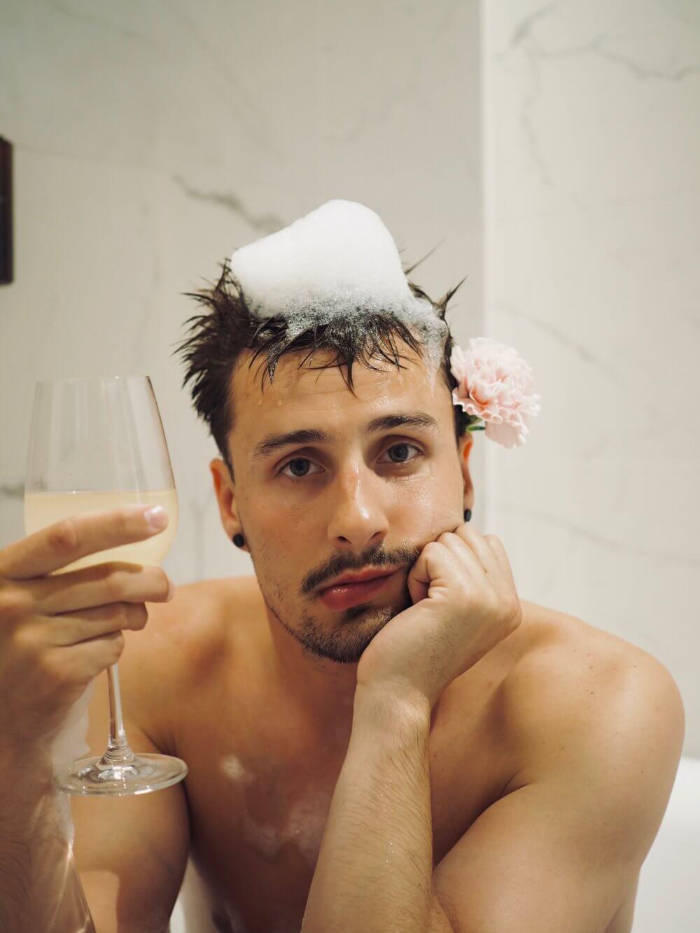 Hotellivuoden todellisia ongelmiako? Joonas kylpemässä ja juomassa siideriä Clarionissa. #YearInClarion